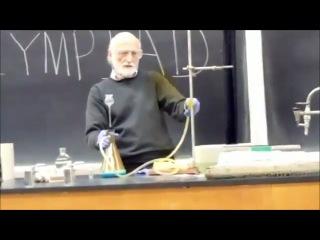 Учитель химии показывает интересные опыты